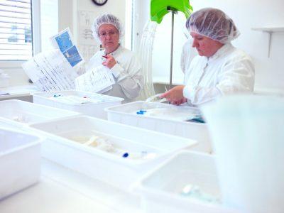Qualitätskontrolle der HMT Schlauchsets vor dem Verpacken